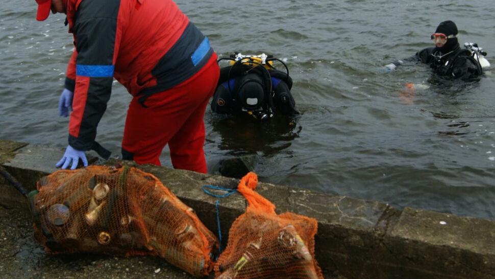 Telewizor, akumulator. 3 tony śmieci wydobytych z dna jeziora Niegocin