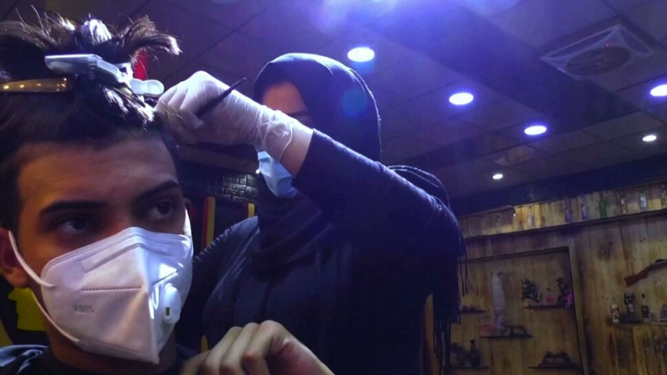 Irak doczekał się pierwszej kobiety pracującej w męskim salonie fryzjerskim