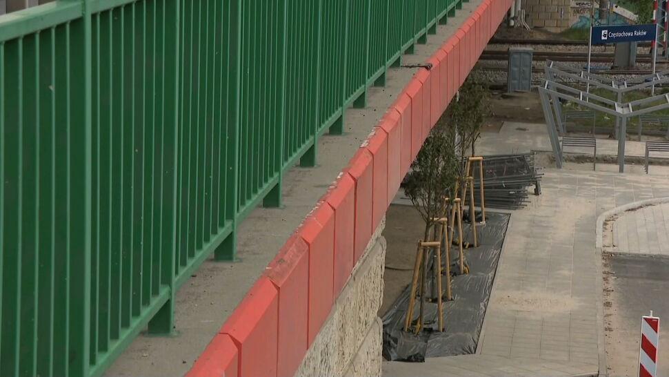 Nowe otoczenie dworca w Częstochowie. Pod betonowym wiaduktem posadzono drzewa