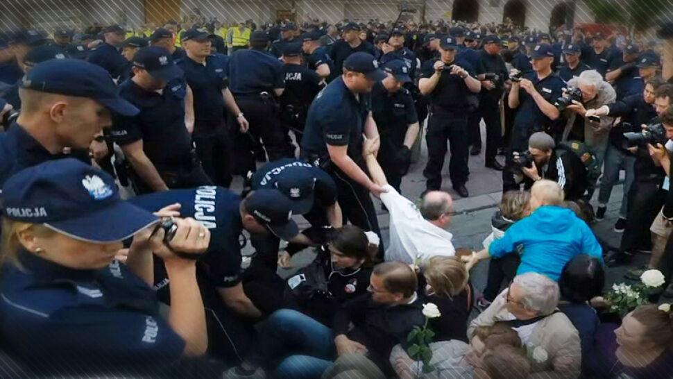 Ponad 600 postępowań w związku z udziałem w manifestacjach. Szef MSWiA: nie ma zagrożenia dla demokracji