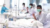 Uratowani chłopcy pokazują znak zwycięstwa, Tajlandia świętuje