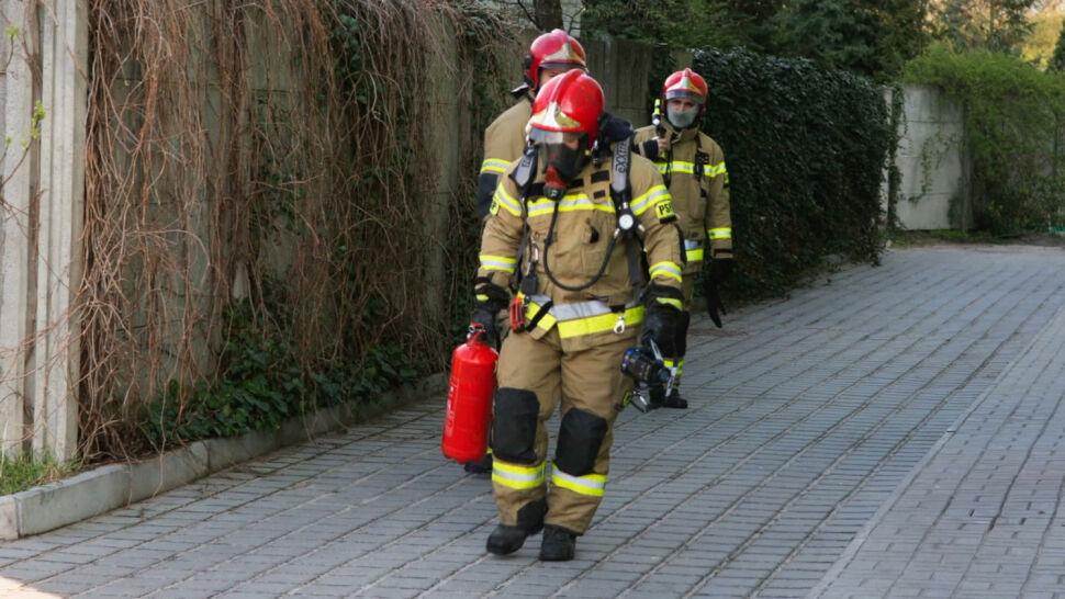 Kobieta uciekła z płonącego mieszkania. W środku została trójka dzieci