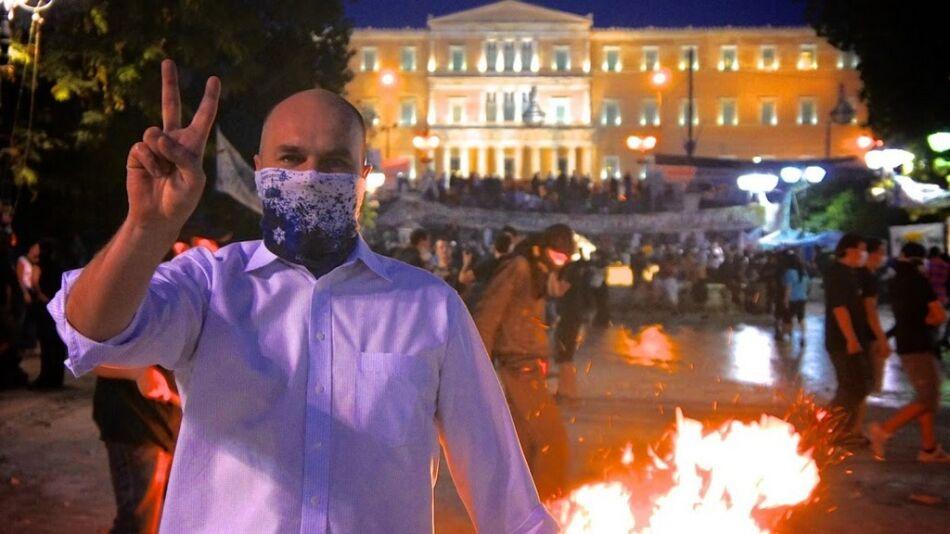 Cezary Grochot podczas protestów w Atenach