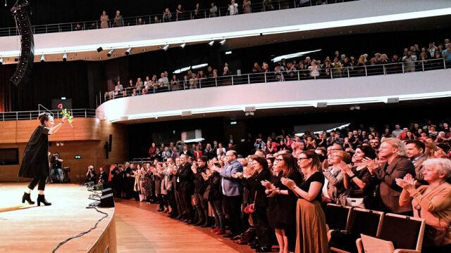 20.10.2019 | Owacje na stojąco i tłumy przed budynkiem. Wrocław przywitał Tokarczuk