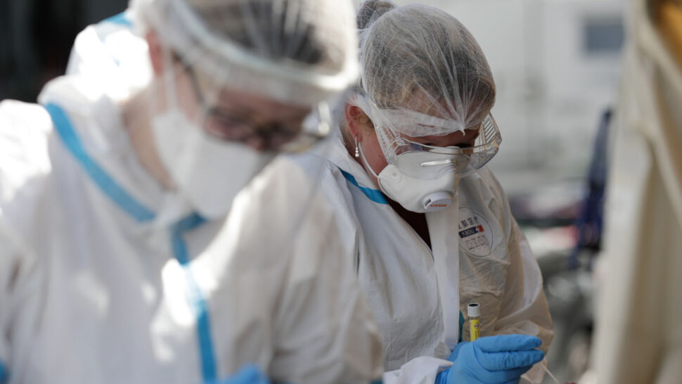 """Kolejny dzień z rekordową liczbą nowych przypadków SARS-CoV-2. """"Wirus jest w natarciu"""""""