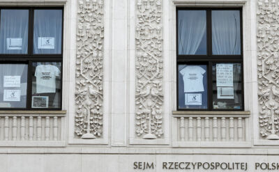 """""""Pogarda plus"""". Sejm labiryntem dla gości, więzieniem dla protestujących"""