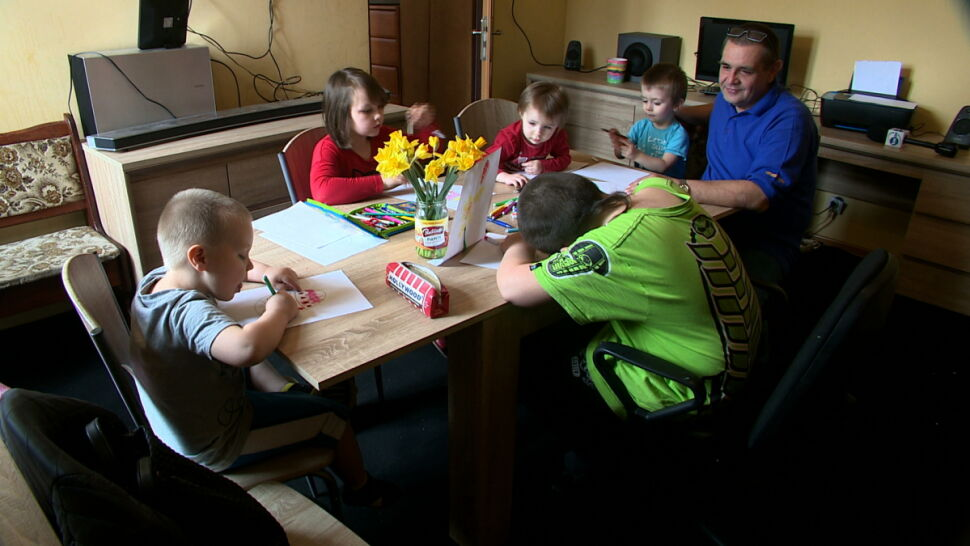 Zamiast odebrać mu dzieci, sąd dał drugą szansę. Codziennie udowadnia, że w pełni na nią zasługiwał