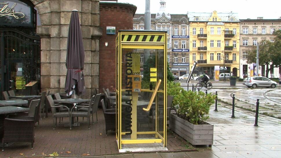 Budka telefoniczna w centrum Szczecina. Instalacja artystyczna zbliża do historii