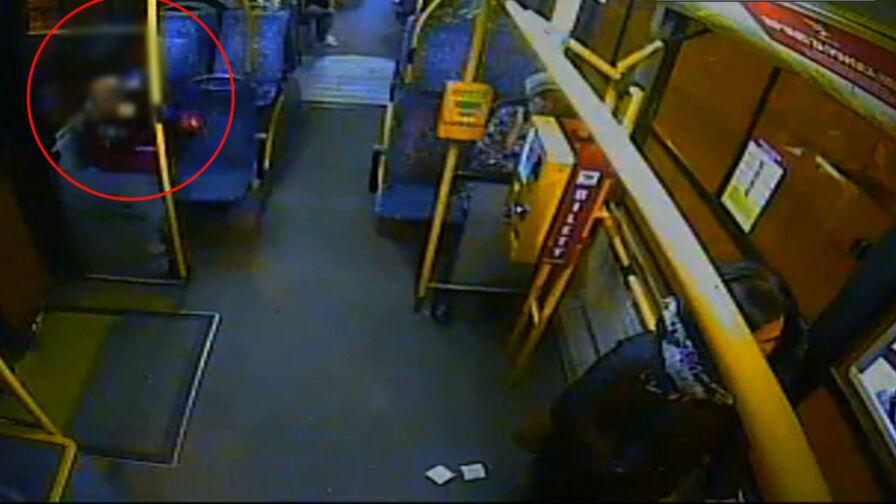 Wyciągnął siekierę i groził pasażerom. Policjanci musieli użyć paralizatora