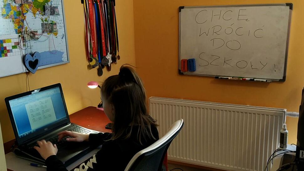Polscy uczniowie uczą się przez internet. Nie bez problemów