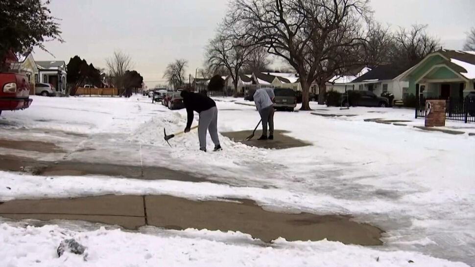 Teksas zmaga się ze skutkami ataku zimy. W tle trwa polityczny spór