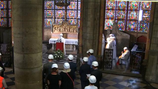 Pierwsza po pożarze msza w Notre Dame. Uczestnicy musieli włożyć kaski