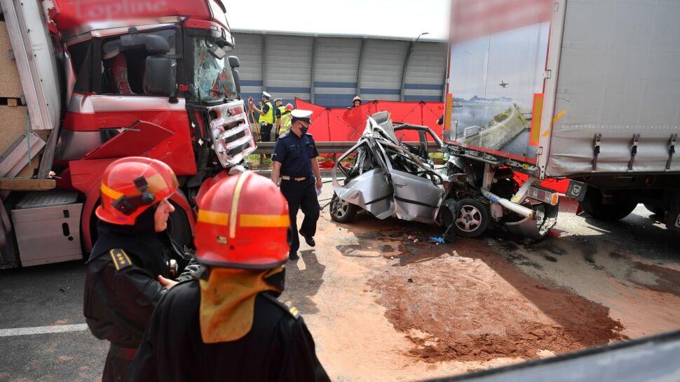 Tragiczny wypadek na S8. Samochód osobowy został kompletnie zgnieciony