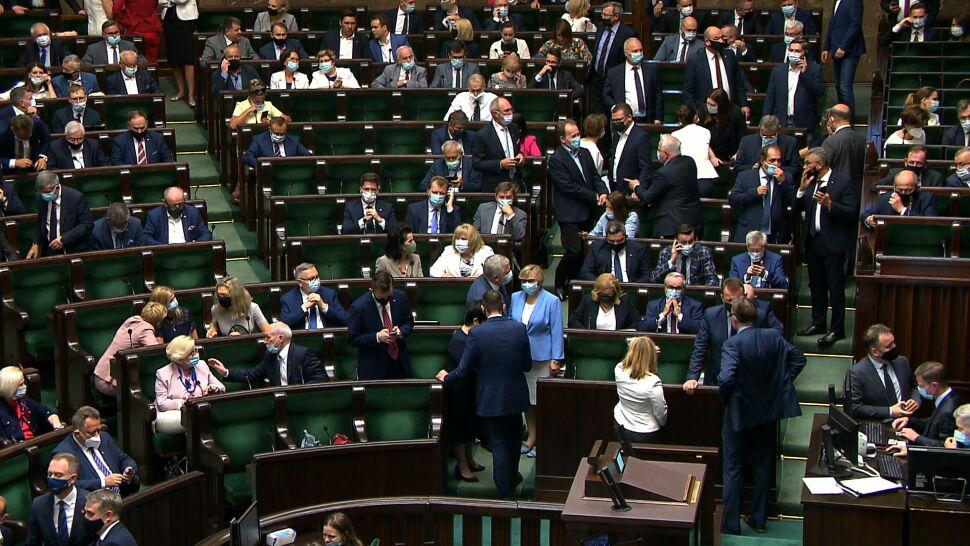 """Politycy PiS szukają głosów do poparcia dla lex TVN. """"Telefony dzwonią"""""""