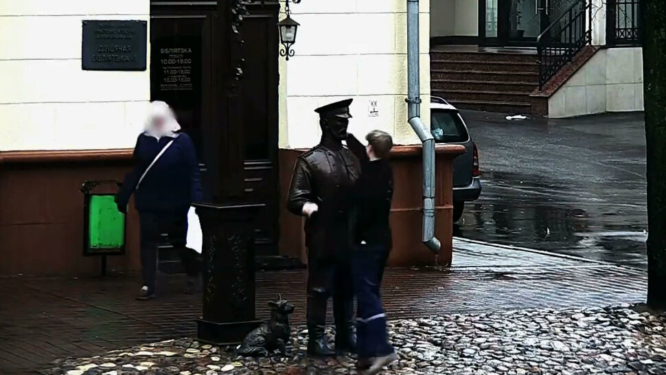 """Nastolatek na Białorusi ukarany za """"spoliczkowanie pomnika"""""""