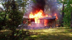 Pożar budynku w lesie pod Warszawą