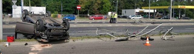 Dachowanie na drodze krajowej 61.  Kobieta ranna, przejazd zablokowany