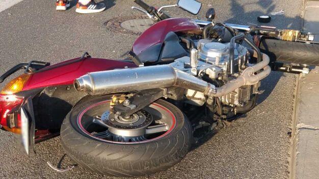 """Motocykl zderzył się z autem. """"Motocyklista trafił do szpitala"""""""