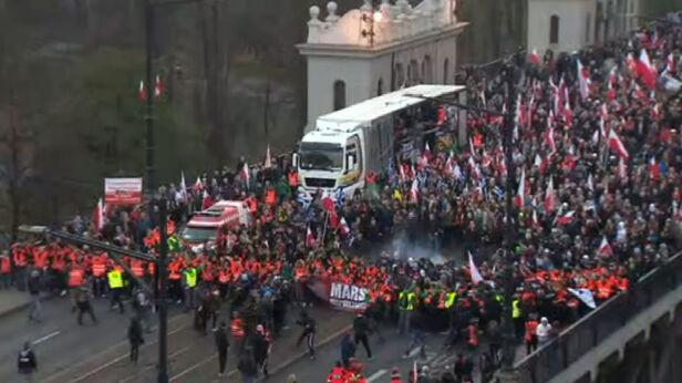 Przepychanki na czole marszu TVN24
