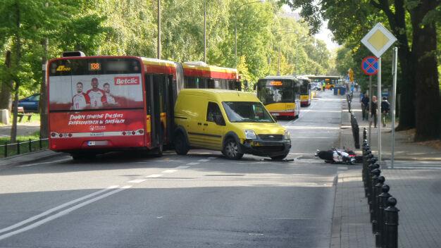 """Furgonetka zderzyła się z motocyklem. """"Dołączył"""" do nich autobus"""