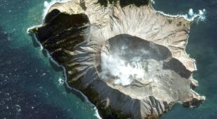 Zabici i zaginieni po erupcji wyspy-wulkanu.