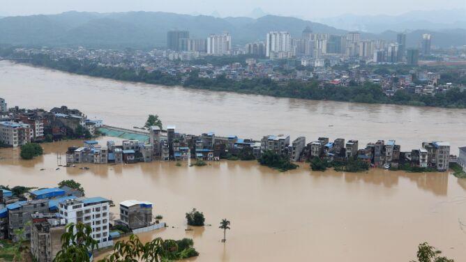 Prawie 30 tysięcy zniszczonych domów. <br />Czerwone alarmy w dorzeczu Jangcy
