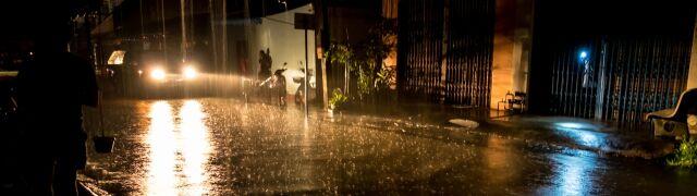 Ulewny deszcz i burze.  Ostrzeżenia w wielu regionach kraju