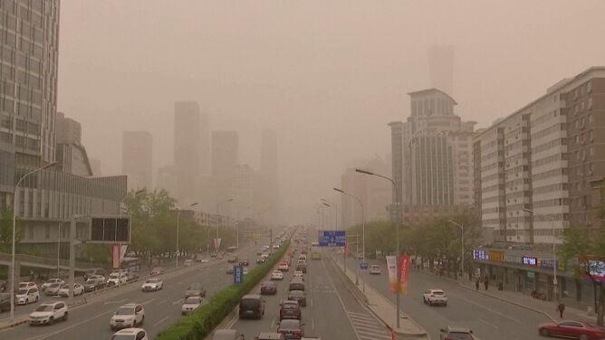 """Burze piaskowe nie przestają nękać Chin. <br />""""Piasek dostaje się do oczu i nosa"""""""