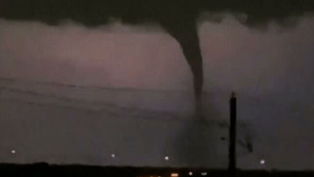 Potężne tornado w świetle błyskawic.