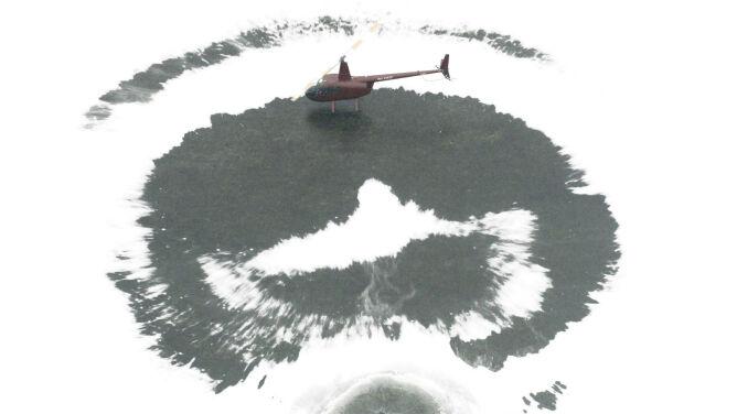 Helikopterem odśnieżyli jezioro. Chcieli pojeździć na łyżwach