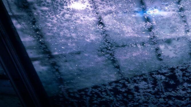 Przymrozki, intensywne opady deszczu, śnieg. Żółte alerty IMGW